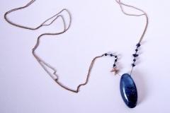 ciondolo in resina con inserzioni pittoriche, lapislazzuli, cristalli e stellina d'argento