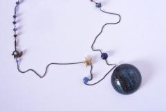 cristalli, lapislazzulo e pendente in resina con inserzioni pittoriche