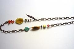 catena con pietre dure e moneta uruguaiana lavorata a mano con inserzioni di fiori secchi ricoperti di resina