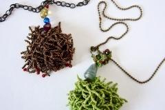 catena  con ciuffo di perline in verde e color bronzo