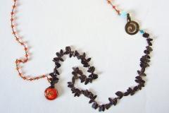 rosario di cristalli arancione e moneta uruguaiana fatta a mano con inserzioni di fiori secchi ricoperti di resina