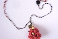 rosario rosso e nero avorio, ciuffo lavorato con perline