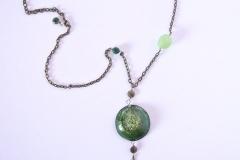 pendente in resina verde fatto a mano con ciuffo di pietre in vetro di Boemia