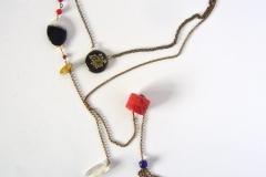 catena e moneta uruguaiana lavorata a mano con inserzioni di fiori secchi ricoperti di resina, cristallo di rocca e  coralli