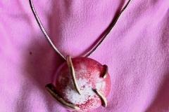 bronzo a cera persa contenente ciondolo in resina fatto a mano