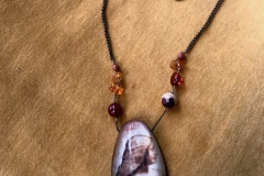 love Milano pietre dure, ambra e ciondolo in resina con il ritratto di Isabella d'Este di Leonardo da Vinci