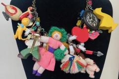 catena in bronzo con giocattoli di riciclo