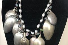rosario di perle e cristalli e cucchiaini d'argento di riciclo