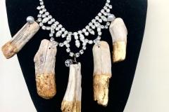 collana in cristalli con ciondoli in  legno lavorati con foglia d'oro