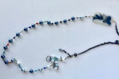 rosario di perle grigie e resina