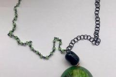 rosario con cristalli verdi e catena in argento brunito, resina con inserzioni pittorichee perlaa in vetro nera
