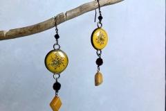 pietre dure e moneta Uruguay gialla lavorata a mano con inserzioni di fiori secchi ricoperti di resina