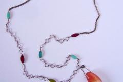 catena con pietre di vetro e ciondolo estraibile fatto a mano in resina con inserzioni pittoriche