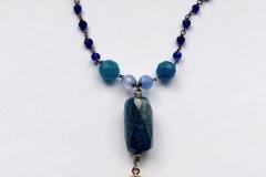 rosario con cristalli blu elettrico ,resina con inserzioni pittoriche ,lapislazzulo  e pietre dure
